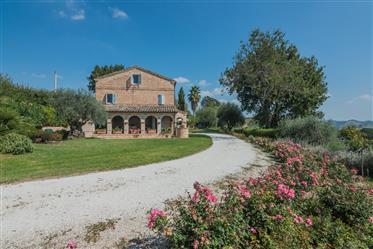 Casale con piscina in vendita a Belmonte Piceno nelle Marche