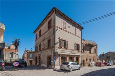 Palazzo in vendita nel centro storico di Santa Vittoria in M...