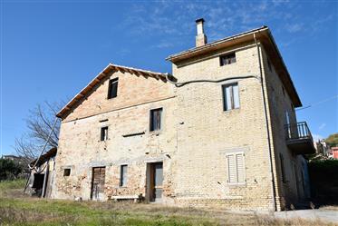 Casale da ristrutturare in vendita a Montappone nelle Marche