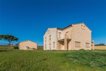 Villa al grezzo con vista panoramica in vendita a Montegranaro