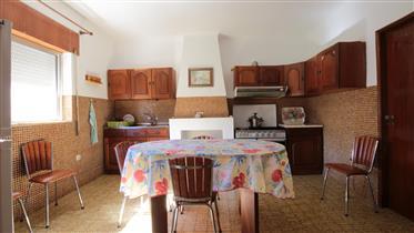 Maison avec 3 chambres à coucher, cuisine meublée, 2 cheminées, grenier pour le stockage,