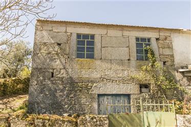 Maison avec petite cour pour reconstruction. Il est à 20 minutes de la ville de Guarda et
