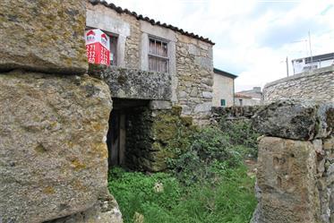 Maison à reconstruire avec 80 m2, située dans un quartier calme du village de Safurdão, mu