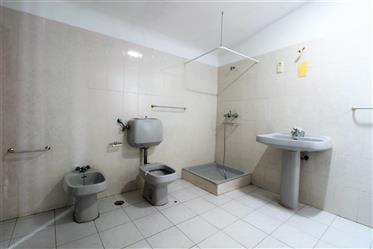 Maison avec 64 m2 de surface, composée de 2 chambres à coucher, avec la possibilité d'util
