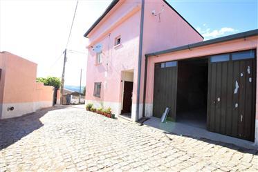Maison en pierre de granit, répartie sur 2 étages, située dans un village calme. Composé d