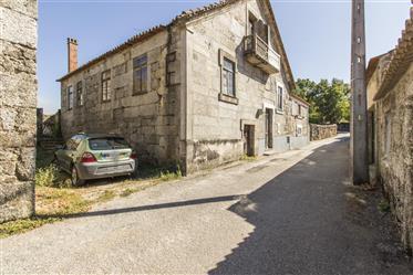 Granite Stone House, répartie sur 3 étages nécessitant des travaux de remodelage avec un t