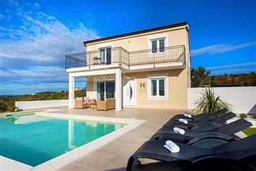 Villa familiale de deux étages avec vue panoramique.
