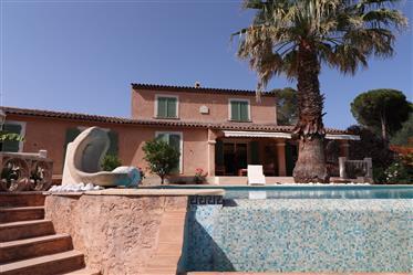 Superbe villa jardin paysagé avec piscine à débordement