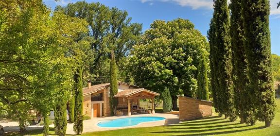Maison de charme avec piscine et jardin.