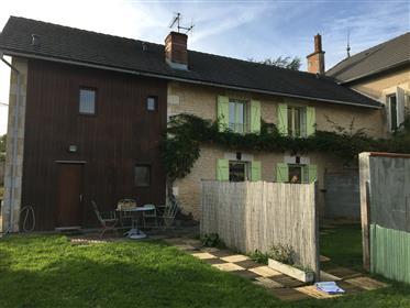 Maison ronovée dans village de la Vienne