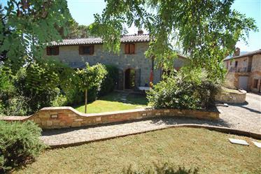 Casale in stile rustico con giardino