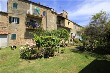Appartement de 2 chambres. Balcon et jardin dans le centre de Volterra