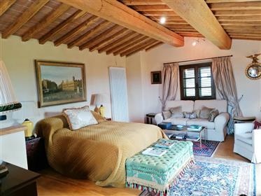Vendesi villetta su 3 piani con 3 camere e 3000 mq di terreno nella prima campagna di Volterra