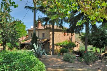 Vendesi casa colonica nella prima campagna di Volterra con bellissima vista panoramica