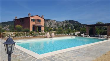 Terratetto con 3 camere in complesso con piscina condominiale