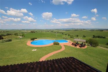 Casolare in posizione panoramica con piscina nella campagna di Chianni, Toscana
