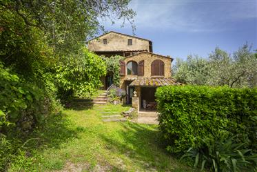 Charming farmhouse with infinity pool in Volterra countryside
