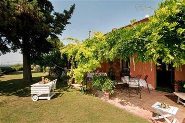 Vendesi bellissima villa con giardino e piscina in posizione panoramica