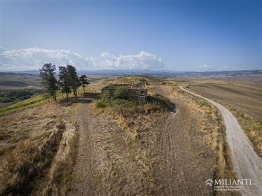 Vendesi casolare completamente da ristrutturare in posizione panoramica a 5 km da Volterra