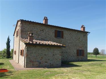 Casale recentemente restaurato con ampio terreno a 5 km dal ...