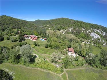 Lussuosa tenuta tra Liguria e Piemonte (4 case)