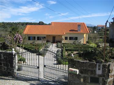 Bonita vivenda espaçosa situado no Vale de Igreja