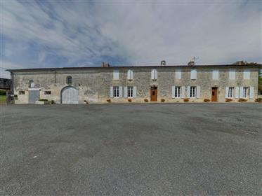 In der Nähe von Saintes, Charentaise Longere plus 650 m ² Nebengebäude in 1,5 Hektar.