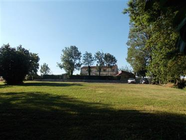 Sud-Est De Saintes Maison Charentaise De 239 M² Sur 9393 M² De Terrain