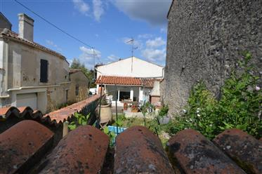 Proche Cognac, à vendre maison de village 3 chambres et jardin