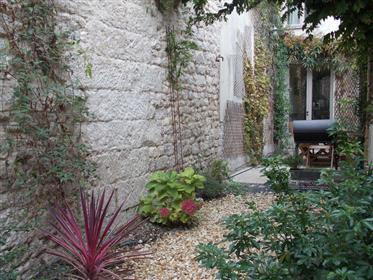 Saintes Centre A Vendre Maison De Ville Renovee Avec Jardin