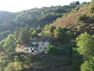 Une belle maison dans le hameau de Le Fel surplombant la rivière du Lot