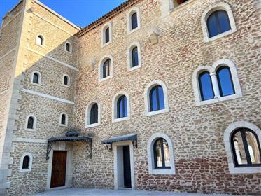 Ancien bâtiment industriel rénové à vendre près d'Avignon av...
