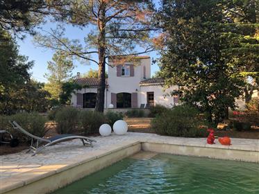 Maison moderne à vendre à Menerbes avec jardin et piscine