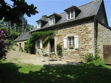 Maison en pierre bord de la rivière pittoresque entouré de c...