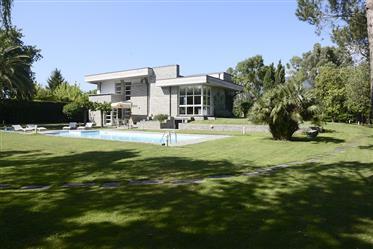 Prestigefyllda modern Villa omges av grönska i Versilia nära havet