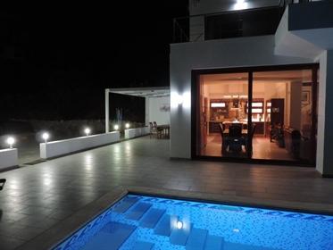 Μοντέρνα βίλα 3 Υπνοδωματίων με πισίνα και ανοιχτή θέα στη θάλασσα.