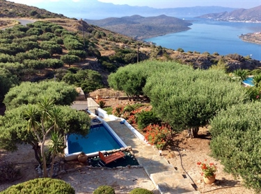 3 bedroom villa with swimming pool. Breathtaking views of the bay.