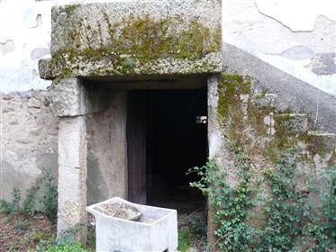 Casa de pedra e madeira típica agradável, para reconstruir