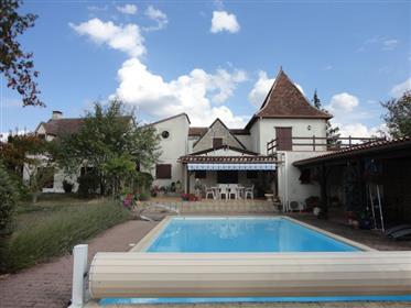Sur 10Ha de terrain, parfait pour chevaux, grande maison avec dépendance et piscine