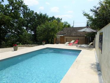 Maison en pierre avec piscine et terrain pour chevaux