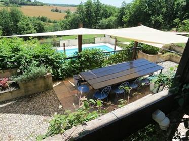 Belle et vaste propriété en pierre avec Gîtes et piscine. Vue