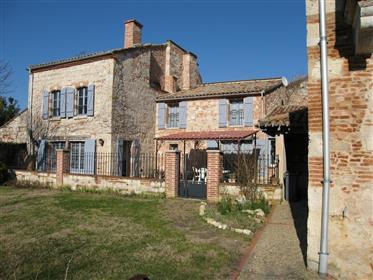 Sur le chemin de Compostelle, Maison de caractère très bien rénovée.