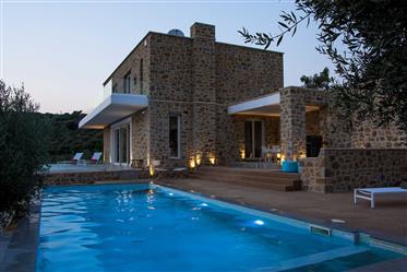 Villa de lujo con vistas despejadas al mar y el campo de Golf Costa Navarino