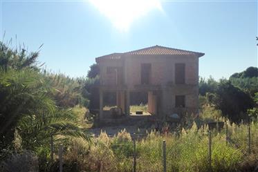 Peloponeso, Messenia: casa en construcción en la costa
