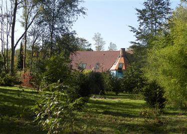 Abitazione di 7 camere da ristrutturare con cottage e terreni boschivi