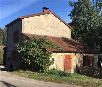 Petite maison de campagne avec granges à Saint Moreil