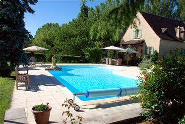 Grande maison classique avec 5 chambres, piscine et jardin.