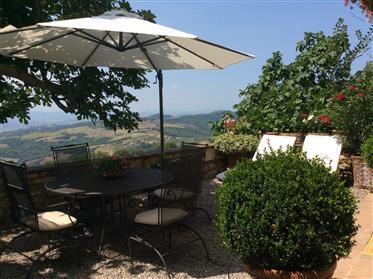 Casa com 2 torres em um Borgo medieval, com vistas deslumbrantes sobre a Úmbria.