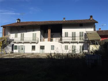 Farmhouse and outbuildings for sale in Torassi, Chivasso.