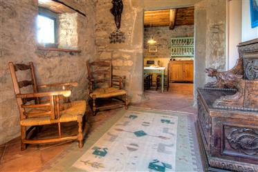 Tipica casa Toscana in Pietra in caratteristico paese.